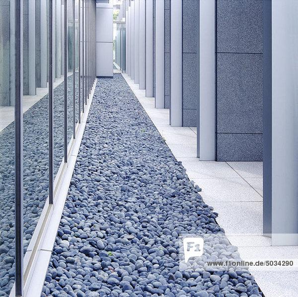 Steine vor einem modernen Gebäude