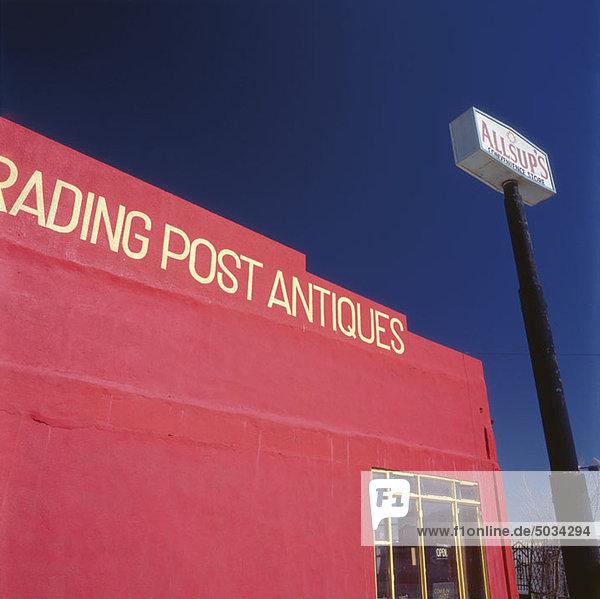 Geschäft mit roter Fassade