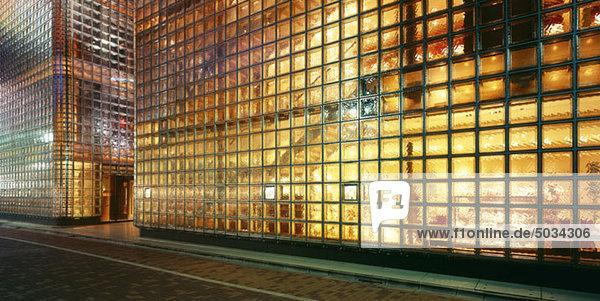 Haus aus Glasbausteinen  beleuchtet