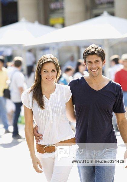 Glückliches Paar geht in der Stadt spazieren
