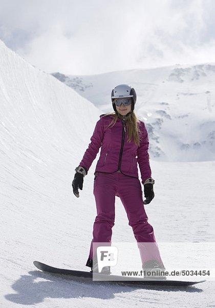Junge Frau auf Snowboard