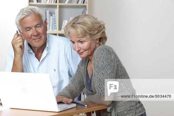 Seniorenpaar benutzt Laptop