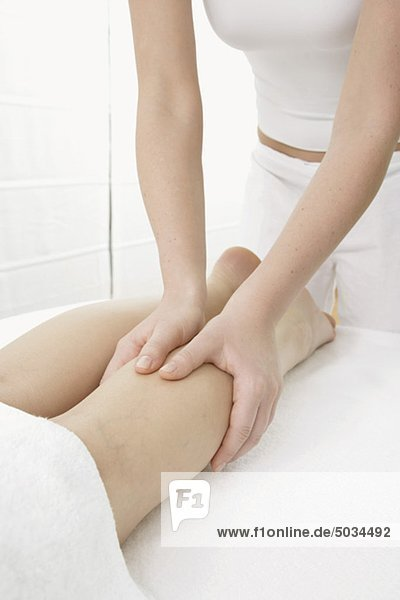 Frau bekommt eine Massage