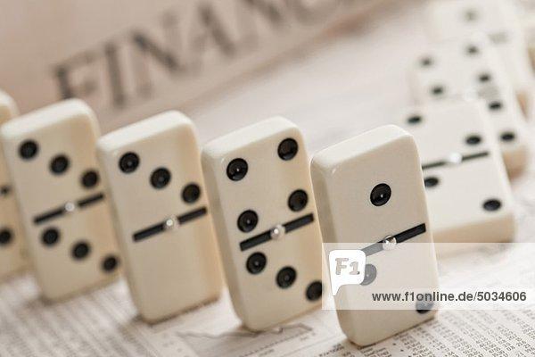 Dominosteine auf Finanzzeitung