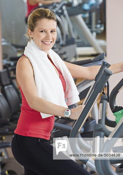 Frau trainiert in Fitnessstudio