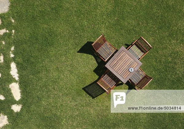 Holzstühle und Tisch im Garten