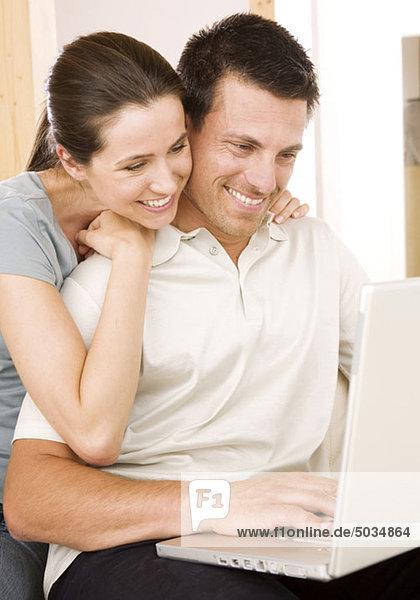 Fröhliches Paar am Laptop