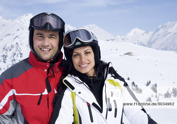 Paar vor Bergkulisse  Skioutfit