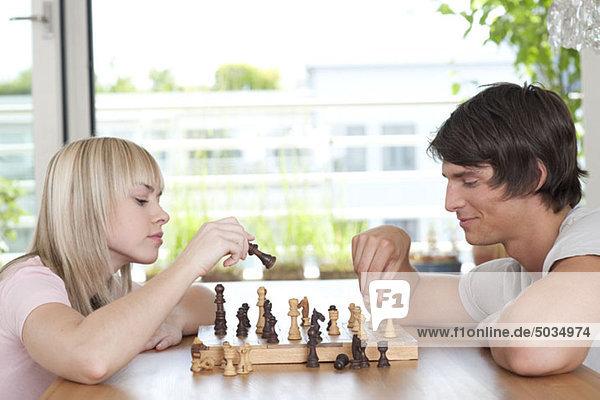 Paar spielt Schach  München  Bayern  Deutschland