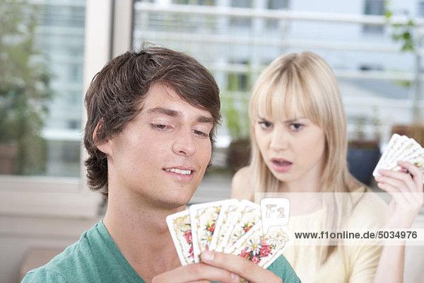 Paar spielt Karten  München  Bayern  Deutschland