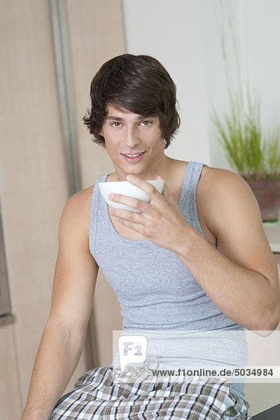 Mann im Unterhemd trinkt Kaffee  München  Bayern  Deutschland