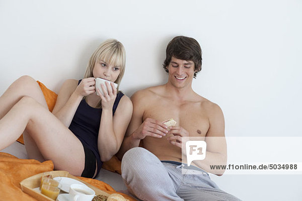 Paar frühstückt im Bett  München  Bayern  Deutschland