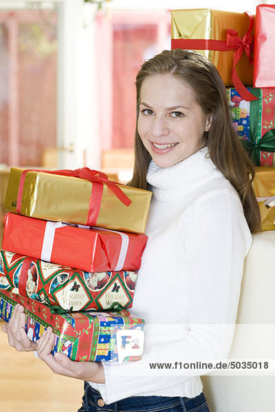Glückliche Teenagerin mit Weihnachtsgeschenken  München  Bayern  Deutschland