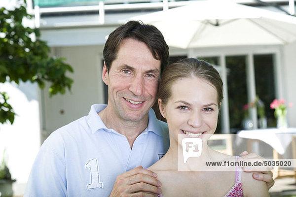 Glücklicher Vater mit Tochter im Garten  München  Bayern  Deutschland