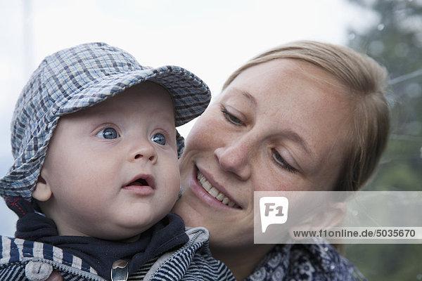 Mutter mit (6-11 Monate) Baby Junge  Nahaufnahme