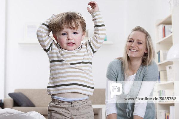 Deutschland  Bayern  München  Mutter und Sohn spielen zu Hause