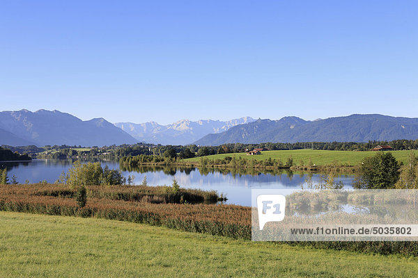 Deutschland  Bayern  Oberbayern  Blick auf die Berge mit Riegsee