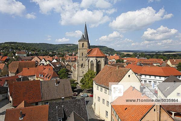 Deutschland  Bayern  Unterfranken  Franken  Rhön  Münnerstadt  Blick auf Gebäude mit Bergblick
