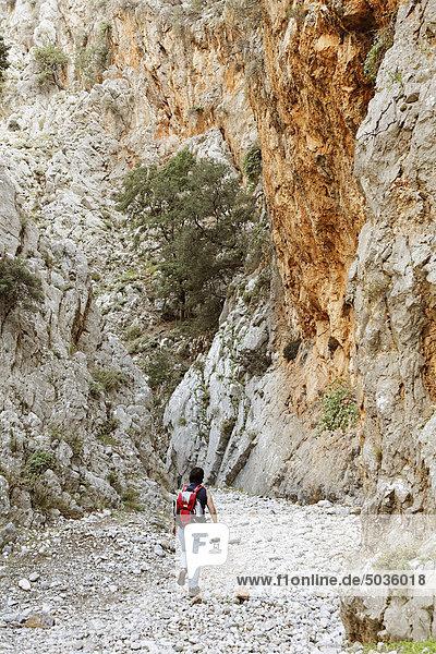Griechenland  Kreta  Kritsas Schlucht  Reife Frau beim Wandern in der Nähe der Schlucht