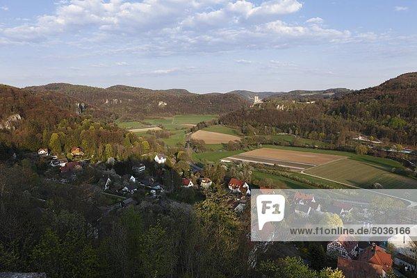 Deutschland  Franken  Fränkische Schweiz  Wiesenttal  Ansicht Burgruine Neideck mit Dorf im Vordergrund
