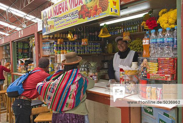 Mann und Frau an Snackbar im Markt  Puno  Peru