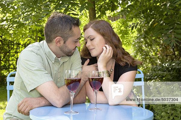Junges paar genießen ein Glas Wein an einem Sommertag im Garten  Ontario  Kanada