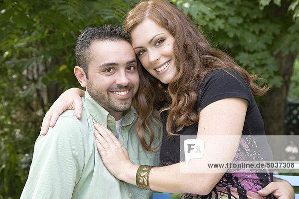 Porträt eines jungen Paares an einem Sommertag im Garten  Ontario  Kanada