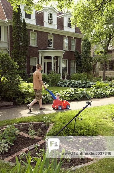 gehen Menschlicher Vater Hausgarten