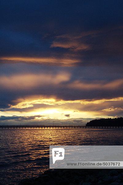 Eine dramatische Sonnenuntergang über Pier  White Rock  British Columbia  Kanada