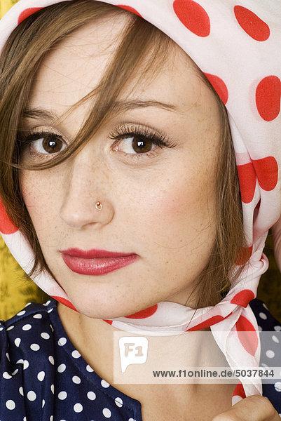 Portrait einer Frau tragen eine Polka Dot-Halstuch