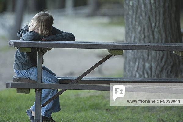 Junge Mädchen sitzen auf einer Parkbank in Bon Echo Provincial Park  Ontario  Kanada