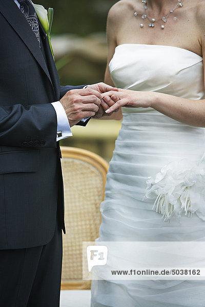 Bräutigam putting Ring auf der Braut Finger  Calixa Lavallée  Québec  Kanada