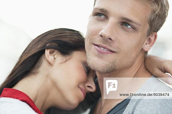 Junges Paar  das sich umarmt