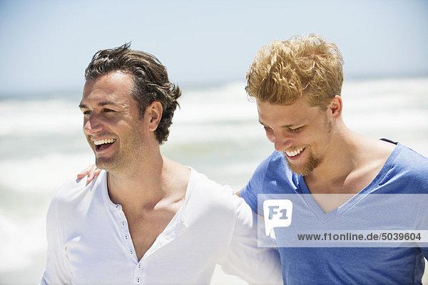 Zwei Männer  die zusammen lachen.