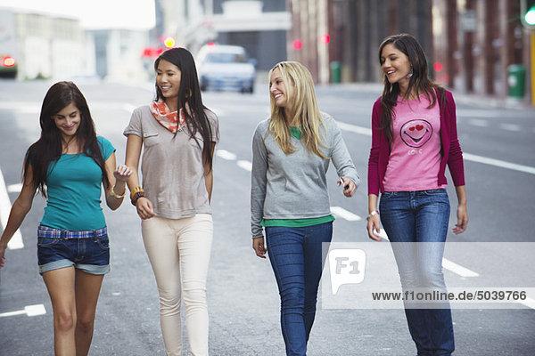 Schöne Frauen  die auf der Straße gehen.
