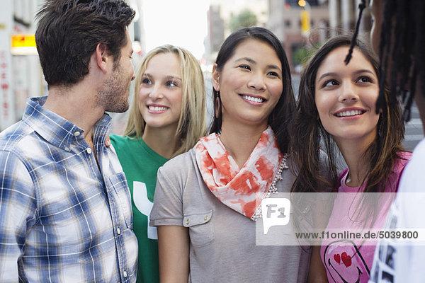 Nahaufnahme von Freunden  die zusammen stehen und lächeln