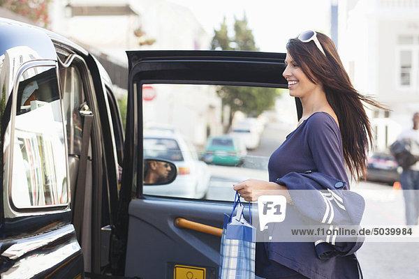 Seitenprofil einer schönen Frau beim Einsteigen ins Auto