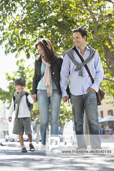 Familie  die gemeinsam auf der Straße unterwegs ist
