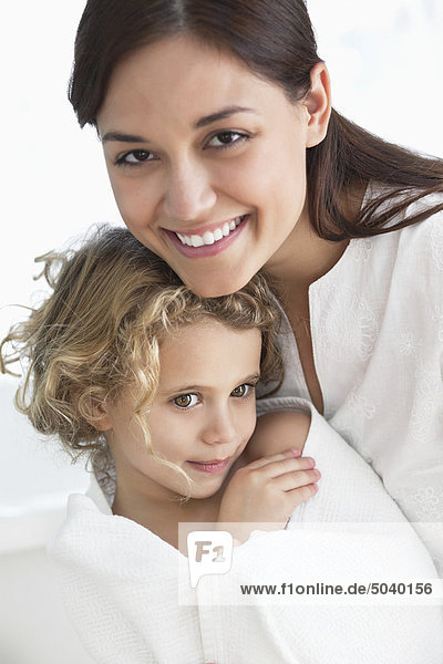 Porträt einer Frau mit ihrer Tochter in ein Handtuch gewickelt