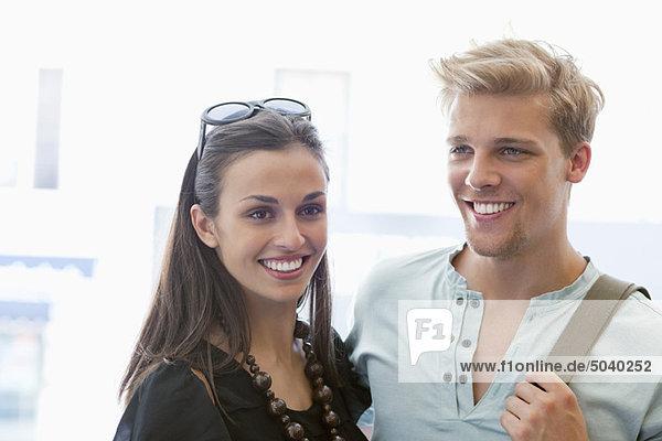 Lächelndes junges Paar steht zusammen
