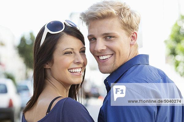 Nahaufnahme eines jungen Paares  das lächelt