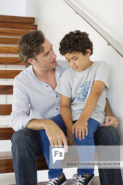 Mittlerer Erwachsener Mann im Gespräch mit seinem Sohn