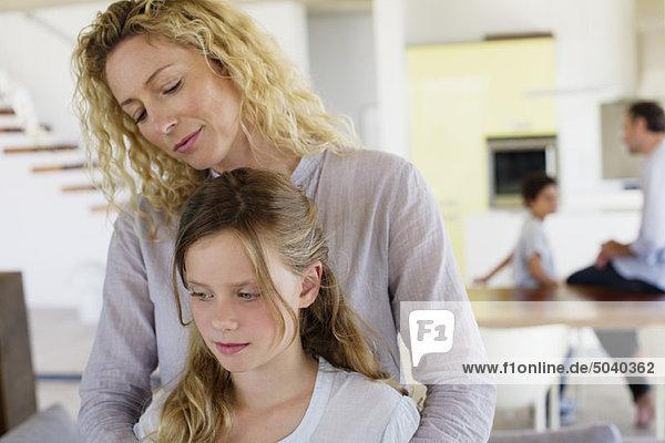 Nahaufnahme eines Mädchens  das mit seiner Mutter lächelt