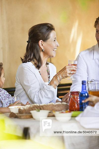 Familie beim Essen und Diskutieren am Esstisch