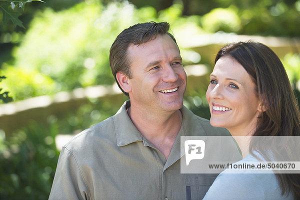 Glückliches Paar schaut weg und lächelt