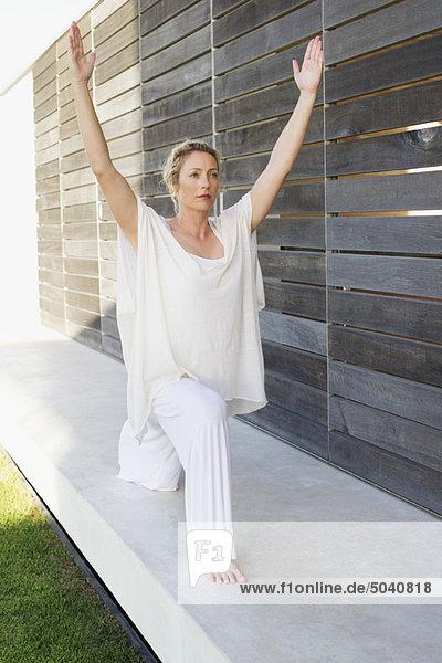 Schöne Frau  die Yoga praktiziert.