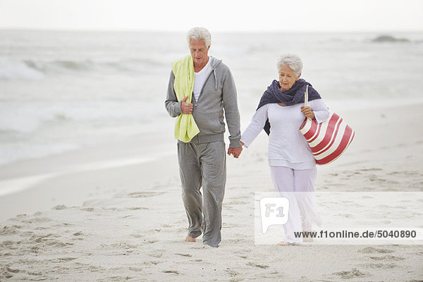 Seniorenpaar beim Spaziergang am Strand