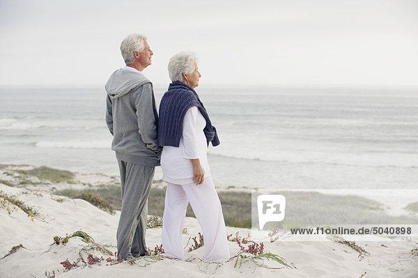 Seitenprofil eines Seniorenpaares mit Blick aufs Meer