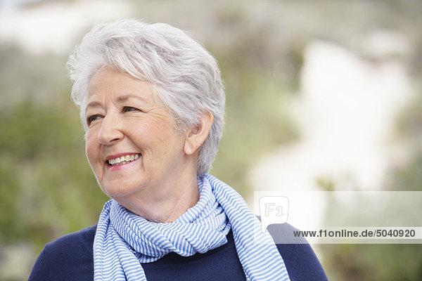 Nahaufnahme einer älteren Frau lächelnd
