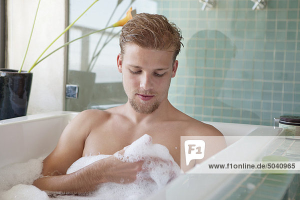 mann mit schaumbad in der badewanne ky344023 onoky lizenzfreies bild f1online 5040965. Black Bedroom Furniture Sets. Home Design Ideas